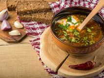 Борщ-суп с сметаной и хлебом стоковые изображения