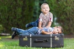 Борьба детей в парке Стоковое Изображение RF