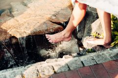 Босоногая девушка идет на воду стоковые изображения