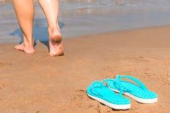 Босоногая девушка идет без ботинок Стоковые Изображения