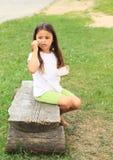 Босоногая еда девушки Стоковая Фотография