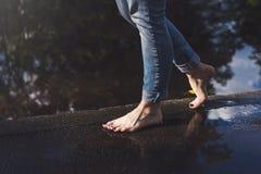Босоногая женщина идя на край воды, покрашенные toenails стоковое фото rf