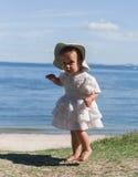 Босоногая маленькая девочка на предпосылке моря Стоковая Фотография RF