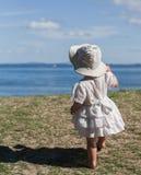 Босоногая маленькая девочка смотря в расстояние Стоковые Фотографии RF
