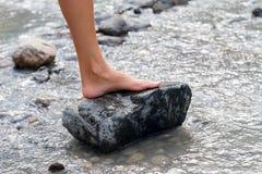 Босоногая нога ` s женщины в свежей холодной воде Стоковые Фотографии RF