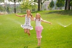 босоногие девушки скачут выплеск 2 парка вниз вверх Стоковые Изображения RF