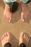 Босоногие девушки на песке Стоковые Фотографии RF