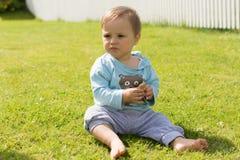 Босоногие остатки мальчика на траве Стоковая Фотография RF