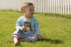 Босоногие остатки мальчика на траве Стоковая Фотография