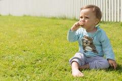 Босоногие остатки мальчика на траве Стоковое Изображение RF