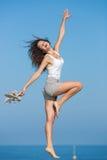 Босоногие танцы девушки на seashore Стоковая Фотография