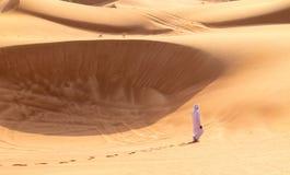 Босоногий бедуин идя в пустыню Шарджи Стоковое Изображение