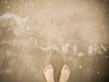 Босоногий на пляже кабанины с пузырями идеи праздника волны для ослабить предпосылку стоковое фото rf