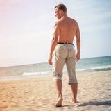 Босоногий sporty человек идет к морю Стоковые Фото