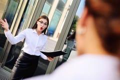 Босс бранит и выкрикивает на его подчиненных на предпосылке офиса Стоковые Изображения RF