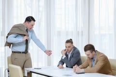 Босс бранит reproof порицания бизнесменов работника Стоковое Изображение RF
