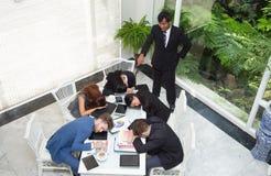 Босс взгляд сверху сердитый выкрикивая группу в составе бизнесмены re спать Стоковая Фотография