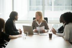 Босс женщины обсуждая проект на групповой встрече с разнообразным busi Стоковые Фото