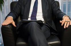 Босс или политик бизнесмена давая интервью Вид спереди Стоковое Фото
