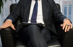 Босс или политик бизнесмена давая интервью Вид спереди Стоковые Фотографии RF