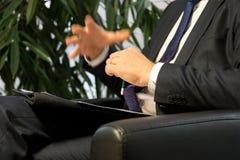 Босс или политик бизнесмена давая интервью Стоковые Изображения