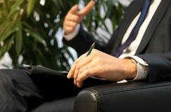 Босс или политик бизнесмена давая интервью Стоковые Фотографии RF