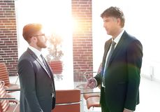 Босс и работник компании говорят в офисе Стоковое Изображение