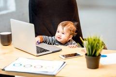 Босс младенца на офисе стоковые изображения rf