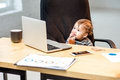 Босс младенца на офисе стоковая фотография