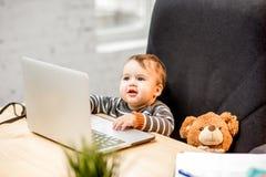 Босс младенца на офисе стоковые фотографии rf