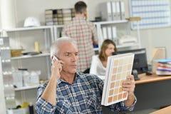 Босс на телефоне держа диаграмму цвета Стоковые Фотографии RF