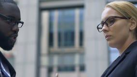 Босс обвиняя ассистента для неудачного контракта, плохой организации процесса работы акции видеоматериалы