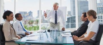 Босс показывать перед коллегами стоковые изображения rf