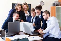 Босс при субординационные должностные лица обсуждая Стоковое Изображение RF