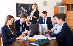 Босс при субординационные должностные лица обсуждая Стоковые Изображения