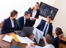 Босс при субординационные должностные лица обсуждая Стоковое Фото