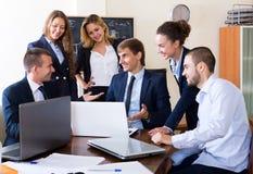 Босс при субординационные должностные лица обсуждая Стоковые Фото
