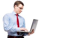 Босс работая на компьтер-книжке на белой предпосылке Стоковое Фото