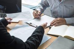Босс работодателя отправляя письмо вознаграждения в бизнесмена для того чтобы уволить контракт, изменяя и отказывая от концепции  стоковое изображение