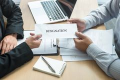 Босс работодателя отправляя письмо вознаграждения в бизнесмена для того чтобы уволить контракт, изменяя и отказывая от концепции  стоковые фотографии rf