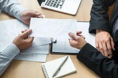 Босс работодателя отправляя письмо вознаграждения в бизнесмена для того чтобы уволить контракт, изменяя и отказывая от концепции  стоковая фотография rf