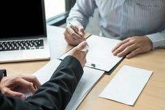 Босс работодателя отправляя письмо вознаграждения в бизнесмена для того чтобы уволить и подписывая контракт, изменяя и отказывая  стоковое фото rf