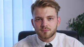 Босс сердит с его субординационным работником в офисе конец вверх Стоковые Фотографии RF