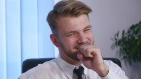 Босс сердит с его субординационным работником в офисе конец вверх Стоковая Фотография RF