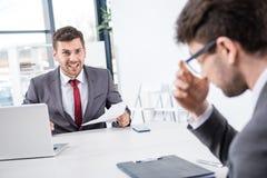 Босс смотря коллеги осадки на деловой встрече Стоковое Фото