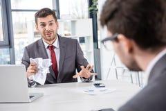 Босс смотря коллеги осадки на деловой встрече Стоковые Изображения