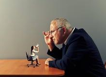 Босс смотря малую женщину с мегафоном Стоковые Фото