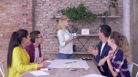 Босс с днем рождений, молодая команда творческих работников поздравляет праздник ментора женщины счастливый и дает промежуток вре видеоматериал