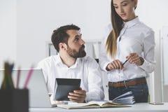 Босс с калькулятором смотрит подчиненный Стоковое Изображение