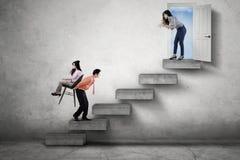 Босс управляя ее работниками на лестнице Стоковое фото RF